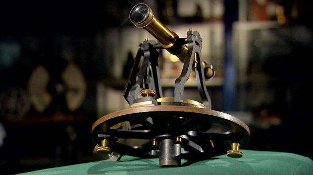 Для тех, кто не видел астролябии: это устройство для  ориентирования не местности по звездам