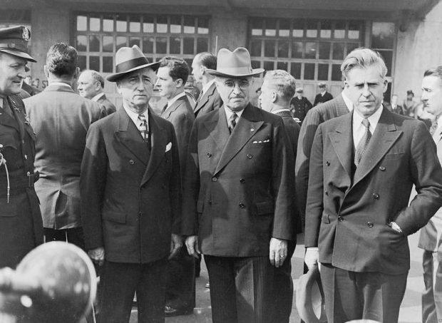 Трумэн (в центре) и его советники