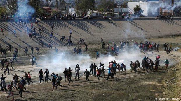 Нелегальные мигранты штурмуют границу Мексики и США